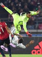 Real Madrid's Sergio Ramos collides with his own goalkeeper Keylor Navas at Nissan Stadium in Yokohama on Dec. 18, 2016. (Mainichi)