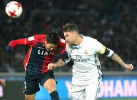 Real Madrid's Sergio Ramos, right, connects with a corner and heads the ball toward goal at Nissan Stadium in Yokohama on Dec. 18, 2016. (Mainichi)