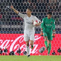 Christiano Ronaldo, left, celebrates after equalizing for Real Madrid with a penalty kick, with the Kashima Antlers' goalkeeper Hitoshi Sogahata in the background, at Nissan Stadium in Yokohama on Dec. 18, 2016. (Mainichi)