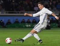 Real Madrid's Christiano Ronaldo scores during extra time at Nissan Stadium in Yokohama on Dec. 18, 2016. (Mainichi)