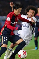 Real Madrid's Marcelo, right, and the Kashima Antlers' Daigo Nishi battle for the ball at Nissan Stadium in Yokohama on Dec. 18, 2016. (Mainichi)