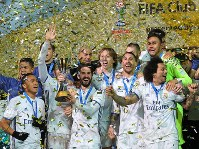 Real Madrid players celebrate after winning the FIFA Club World Cup Japan 2016 at Nissan Stadium in Yokohama on Dec. 18, 2016. (Mainichi)