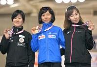 【全日本スピードスケート】女子5000㍍の表彰式でメダルを手に笑顔を見せる1位の高木美帆(中央)、2位の田畑真紀(左)、3位の押切美沙紀=北海道帯広市の明治北海道十勝オーバルで2016年12月21日、手塚耕一郎撮影