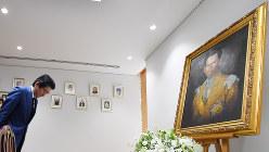 故プミポン国王の弔問でタイ大使館を訪れ、肖像画に一礼する安倍首相=2016年10月14日、代表撮影
