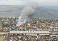 A fire rages through a built-up area of the Niigata Prefecture city of Itoigawa in this photograph taken from a Mainichi helicopter shortly after 3 p.m. on Dec. 22, 2016. (Mainichi)