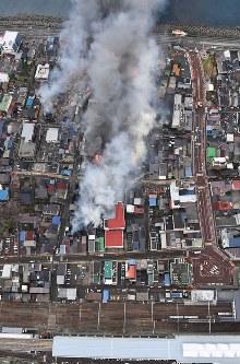 火災が発生し次々と延焼していく市街地。下はJR糸魚川駅=新潟県糸魚川市で2016年12月22日午後3時7分、本社ヘリから宮間俊樹撮影