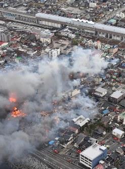 火災が発生し次々と延焼していく市街地。右上はJR糸魚川駅=新潟県糸魚川市で2016年12月22日午後3時5分、本社ヘリから宮間俊樹撮影