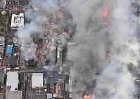 火災が発生し次々と延焼していく市街地=新潟県糸魚川市で2016年12月22日午後3時7分、本社ヘリから宮間俊樹撮影