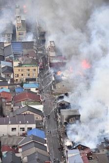 火災が発生し次々と延焼していく市街地=新潟県糸魚川市で2016年12月22日午後3時4分、本社ヘリから宮間俊樹撮影