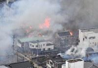 火災が発生し次々と延焼していく市街地=新潟県糸魚川市で2016年12月22日午後3時3分、本社ヘリから宮間俊樹撮影