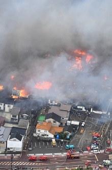 火災が発生し次々と延焼していく市街地=新潟県糸魚川市で2016年12月22日午後3時5分、本社ヘリから宮間俊樹撮影