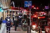 消防車で埋まった駅前の商店街=新潟県糸魚川市で2016年12月22日午後5時22分、小川昌宏撮影