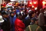 不安そうに消火活動を見守る人たち=新潟県糸魚川市で2016年12月22日午後5時50分、小川昌宏撮影
