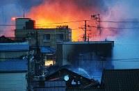 屋根の上から消火作業をする消防隊員=新潟県糸魚川市で2016年12月22日午後4時42分、小川昌宏撮影