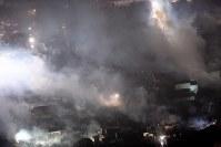煙を上げ続ける市街地=新潟県糸魚川市で2016年12月22日午後8時53分、本社機「希望」から丸山博撮影