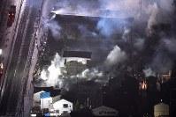煙を上げ続ける市街地=新潟県糸魚川市で2016年12月22日午後9時1分、本社機「希望」から丸山博撮影