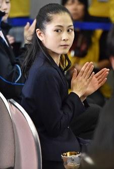 【全日本フィギュア開会式】開会式で拍手をする宮原=大阪・東和薬品ラクタブドームで2016年12月22日、山崎一輝撮影