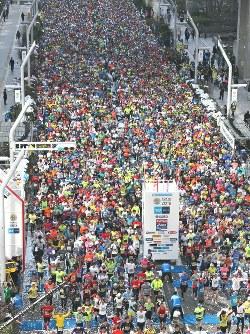 2016年の東京マラソンで、都庁前を一斉にスタートするランナーたち=代表撮影