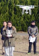 訓練でドローンを飛ばす伊賀市職員=三重県伊賀市平田で、大西康裕撮影