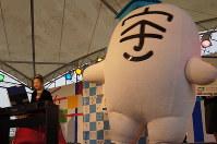 宇~太(右)のオフィシャルソングを披露する平井講師