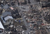 A burnt down neighborhood in the Niigata Prefecture city of Itoigawa is seen here from a Mainichi Shimbun helicopter on Dec. 23, 2016, the morning after it was engulfed in flames. (Mainichi)