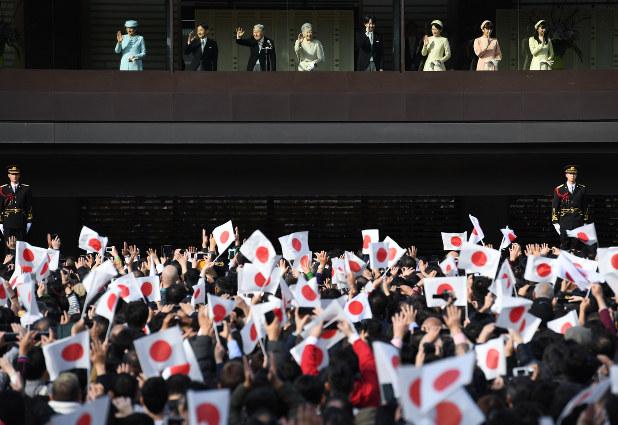 皇室:天皇誕生日の一般参賀 皇居訪問者数が平成最多 - 毎日新聞