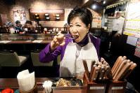 夜遅くステーキ店で立ちながら食事する小池百合子都知事=東京都豊島区で2016年12月10日、森田剛史撮影