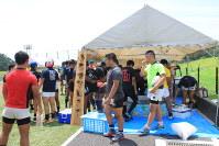 御所ラグビーフェスティバルで設けられた「おもてなしコーナー」に集まる選手たち=御所市提供