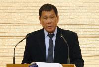首相主催夕食会であいさつするフィリピンのドゥテルテ大統領=首相官邸で2016年10月26日午後8時24分、宮武祐希撮影