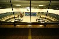 発電所全体を管理する中央制御室。部屋のちょうど真ん中にブラジルとパラグアイの国境線(黄色い線)が通っている=ブラジルとパラグアイの国境にまたがるイタイプー水力発電所で、朴鐘珠撮影