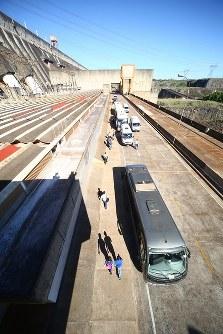 約3500人の職員が6時間ごとの4交代制で発電所を管理する。出勤時と退勤時には職員を送迎するバスが何台も連なる=ブラジルとパラグアイの国境にまたがるイタイプー水力発電所で、朴鐘珠撮影