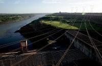 イタイプー水力発電所で発電されたばかりの電気を、パラナ川を挟んで西側のパラグアイへ送る送電線=ブラジルとパラグアイの国境にまたがるイタイプー水力発電所で、朴鐘珠撮影