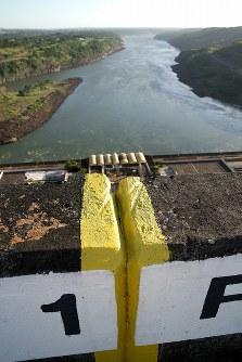 発電所のダムの最上部からパラナ川の下流を見下ろす。右岸がパラグアイで左岸がブラジル。黄色い線で引かれた国境は川の両岸からの中間点ではなく、水深の最も深い点の上を結んでいる=ブラジルとパラグアイの国境にまたがるイタイプー水力発電所で、朴鐘珠撮影
