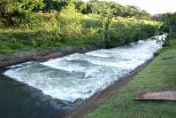 発電所のダムによって魚の往来が妨げられないよう、ダムのブラジル側には上流と下流を結ぶ階段状の水路が設置されている=ブラジルとパラグアイの国境にまたがるイタイプー水力発電所で、朴鐘珠撮影