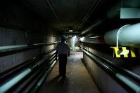発電所のダム内部は天井の低い通路が複雑に入り組んでいる。管理の仕事は閉所恐怖症の人には勤まらない=ブラジルとパラグアイの国境にまたがるイタイプー水力発電所で、朴鐘珠撮影