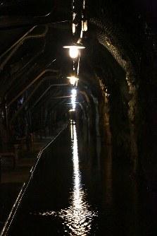 発電所のダムの奥深くには、漏れ出した地下水がたまる水路がある=ブラジルとパラグアイの国境にまたがるイタイプー水力発電所で、朴鐘珠撮影