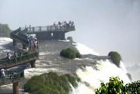 イタイプー水力発電所から約35キロ離れた別の川にある観光名所イグアスの滝。この滝を流れる水の量は、イタイプー水力発電所に流れ込むパラナ川の水量の10分の1程度しかない=ブラジル南部パラナ州のイグアスの滝で、朴鐘珠撮影