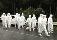 殺処分などの作業のため現場に到着した防護服姿の陸上自衛隊員ら=熊本県南関町で、野呂賢治撮影