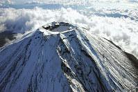 富士山(静岡・山梨) 山頂は静岡県?それとも山梨県? 日本一の名峰、富士山(3776メートル)は、山頂一帯が静岡県なのか、山梨県なのか今も決まっていない。東斜面の標高1800メートルあたりで県境がとぎれ、山頂をこえた西側まで約6キロにわたって境界があいまいなのだ。静岡が駿府国、山梨が甲斐国と呼ばれたころから境界がはっきりしないという。江戸時代にも大爆発があった活火山で山に近寄りがたかったことや、古くから霊山として信仰を集めていたことも関係しているようだ。静岡、山梨の知事が話し合ったこともあるが、結論は出なかった。「日本のシンボル」をめぐる綱引きは簡単には解決しそうもない。