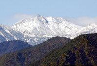 【解決!】乗鞍岳(長野・岐阜) 4年前に境がつながる 長野県と岐阜県の境にそびえる北アルプスの乗鞍岳(3026メートル)では、あいまいだった境界が2004年10月につながった。乗鞍スカイラインの終点2702メートル)近くの約700メートルの区間が明治時代からとぎれたままだった。境界をはさむ長野県安曇村(現在は松本市)と岐阜県丹生川村(現在は高山市)が「平成の大合併」でどちらも合併することになり、村の境をはっきりさせる必要があり決着した。