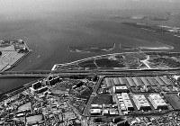 旧江戸川河口(東京・千葉)東京都と千葉県が領有権を互いに譲らず30年間も争っている境界紛争の現場。江戸川河口(左)から羽田空港方向(右)にかけての海域=東京・江戸川河口付近、本社ヘリから、1988年06月05日
