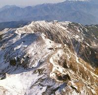 白馬岳(富山・長野)新雪の白馬岳。中央は白馬山荘。本社機金星号より=本社ヘリから、阿部三郎写す 毎日グラフ1964年(昭和39年)11月29日号の表紙