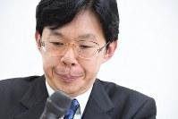 三浦弘行九段の将棋ソフト不正疑惑問題で第三者調査委員会が「不正の証拠がない」と結論を出したことを受け、記者会見で厳しい表情を見せる日本将棋連盟の谷川浩司会長=東京・将棋会館で2016年12月27日午後5時51分、竹内紀臣撮影