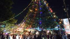 イルミネーションが輝くクリスマスツリー=尼崎市武庫之荘1で2016年12月24日、釣田祐喜撮影