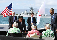 Prime Minister Shinzo Abe shakes hands with former U.S. servicemen who survived the attack on Pearl Harbor, after finishing his speech -- with President Barack Obama by his side -- at Pearl Harbor in Hawaii on Dec. 27, 2016. (Pool photo)