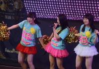 仮面女子専用劇場P.A.R.M.Sでステージに立つ桜雪さん(右)=東京都千代田区で中嶋真希撮影