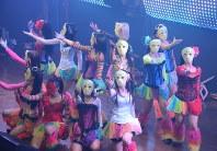 仮面女子専用劇場P.A.R.M.Sでパフォーマンスする桜雪さん(2列目左から4人目)=東京都千代田区で中嶋真希撮影