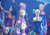仮面女子専用劇場P.A.R.M.Sでパフォーマンスする桜雪さん(中央)=東京都千代田区で中嶋真希撮影
