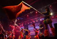 フィナーレで盛り上がる仮面女子のステージ=東京都千代田区で中嶋真希撮影