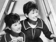 伊藤ユミ(本名・伊藤月子)さん(右)=1959年1月、東京本社写真部員撮影